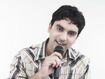 Uomo che canta una canzone Fotografia Stock Libera da Diritti