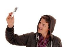 Uomo che cattura la maschera del telefono delle cellule Fotografie Stock