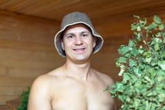 Uomo che cattura vapore nella sauna Immagine Stock Libera da Diritti