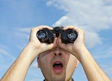 Uomo che cerca con il binocolo. Fotografia Stock Libera da Diritti