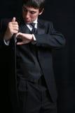 Uomo che cerca le sue caselle del Tux   Fotografia Stock Libera da Diritti