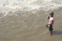 Uomo che cerca pesce nel fiume Immagini Stock