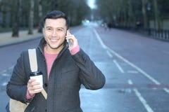 Uomo che chiama dal telefono in strada vuota Fotografia Stock Libera da Diritti