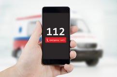 Uomo che chiama emergenza Ambulanza nel fondo Fotografia Stock Libera da Diritti
