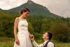 Uomo che chiede alla sua fidanzata di sposarlo, proposta di matrimonio immagine stock