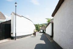 Uomo che cicla giù il vicolo Fotografia Stock Libera da Diritti