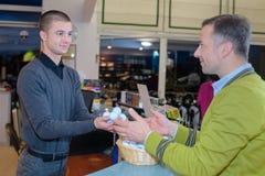 Uomo che compra le uova fresche immagini stock