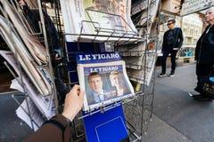Uomo che compra stampa internazionale con Emmanuel Macron e la l marina Fotografia Stock