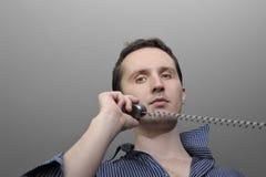 Uomo che comunica dal telefono Immagine Stock