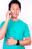Uomo che comunica sul cellulare Immagini Stock Libere da Diritti