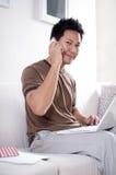 Uomo che comunica sul cellulare Immagine Stock