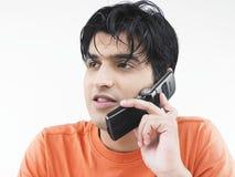 Uomo che comunica sul suo telefono delle cellule Fotografie Stock