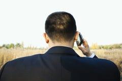 Uomo che comunica sul telefono Immagine Stock