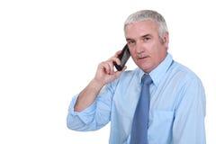 Uomo che comunica sul telefono Immagini Stock Libere da Diritti