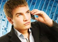Uomo che comunica sul telefono Fotografia Stock