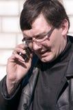 Uomo che comunica sul telefono Immagine Stock Libera da Diritti