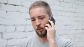 Uomo che comunica sul telefono stock footage