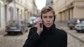 Uomo che comunica sul telefono archivi video