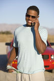 Uomo che comunica sul telefono cellulare Immagini Stock
