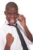 Uomo che comunica sul telefono che sembra felice Fotografie Stock