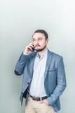 Uomo che comunica sul telefono Colloqui dell'uomo d'affari Immagini Stock Libere da Diritti