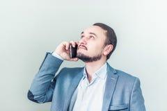 Uomo che comunica sul telefono Colloqui dell'uomo d'affari Fotografia Stock