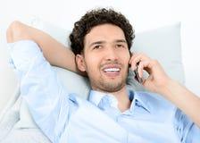 Uomo che comunica sul telefono mobile Immagini Stock Libere da Diritti