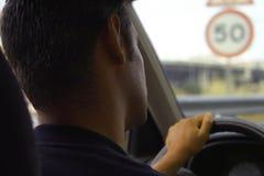 Uomo che conduce automobile Fotografie Stock Libere da Diritti
