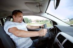 Uomo che conduce automobile, accelerante velocemente. Fotografie Stock Libere da Diritti