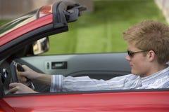 Uomo che conduce automobile convertibile Fotografia Stock
