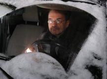 Uomo che conduce automobile in inverno fotografie stock libere da diritti