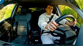 Uomo che conduce un'automobile Fotografie Stock Libere da Diritti
