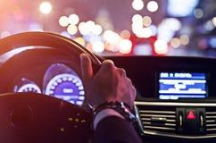 Uomo che conduce un'automobile alla notte Fotografia Stock Libera da Diritti