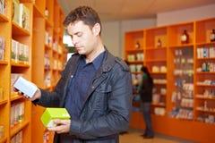 Uomo che confronta i prodotti medici immagini stock libere da diritti