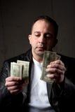 Uomo che conta i suoi soldi Immagine Stock Libera da Diritti