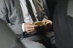 Uomo che conta le euro fatture Fotografie Stock Libere da Diritti