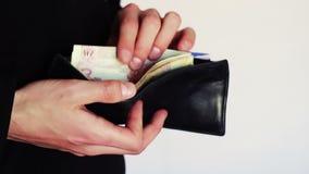 Uomo che conta soldi in suo portafoglio stock footage