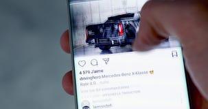 Uomo che controlla Instagram su Smartphone moderno video d archivio