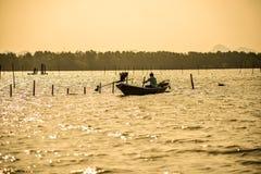 Uomo che controlla la sua azienda agricola dell'ostrica Fotografie Stock Libere da Diritti
