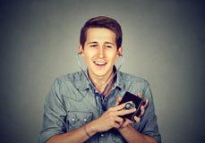Uomo che controlla portafoglio con lo stetoscopio Immagine Stock