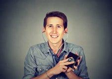Uomo che controlla portafoglio con lo stetoscopio Concetto di successo finanziario Fotografie Stock