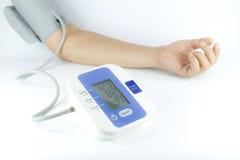 Uomo che controlla pressione sanguigna Immagini Stock