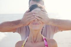Uomo che copre gli occhi Fotografia Stock Libera da Diritti