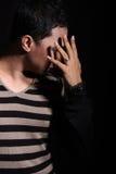 Uomo che copre il suo fronte Fotografie Stock