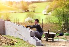 Uomo che costruisce una casa Fotografie Stock Libere da Diritti