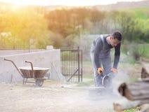 Uomo che costruisce una casa Fotografia Stock Libera da Diritti