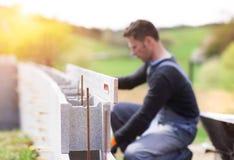 Uomo che costruisce una casa Fotografia Stock