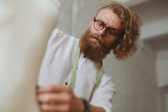 Uomo che crea abbigliamento in studio fotografia stock libera da diritti