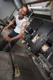 Uomo che crea arte di vetro fotografia stock libera da diritti