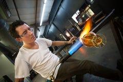 Uomo che crea oggetto di vetro Fotografie Stock